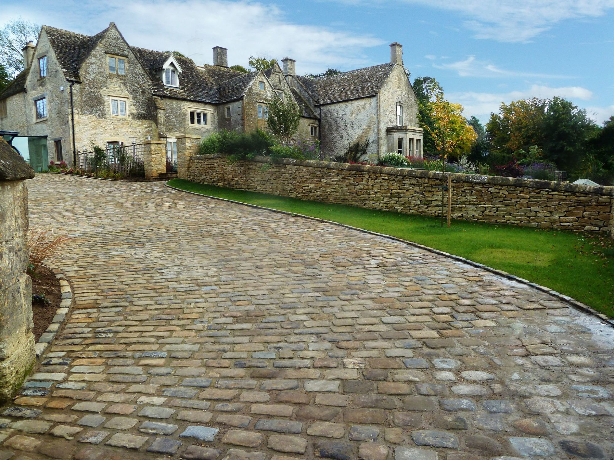Image of Yorkstone Cobbles layed on a homeowners driveway.